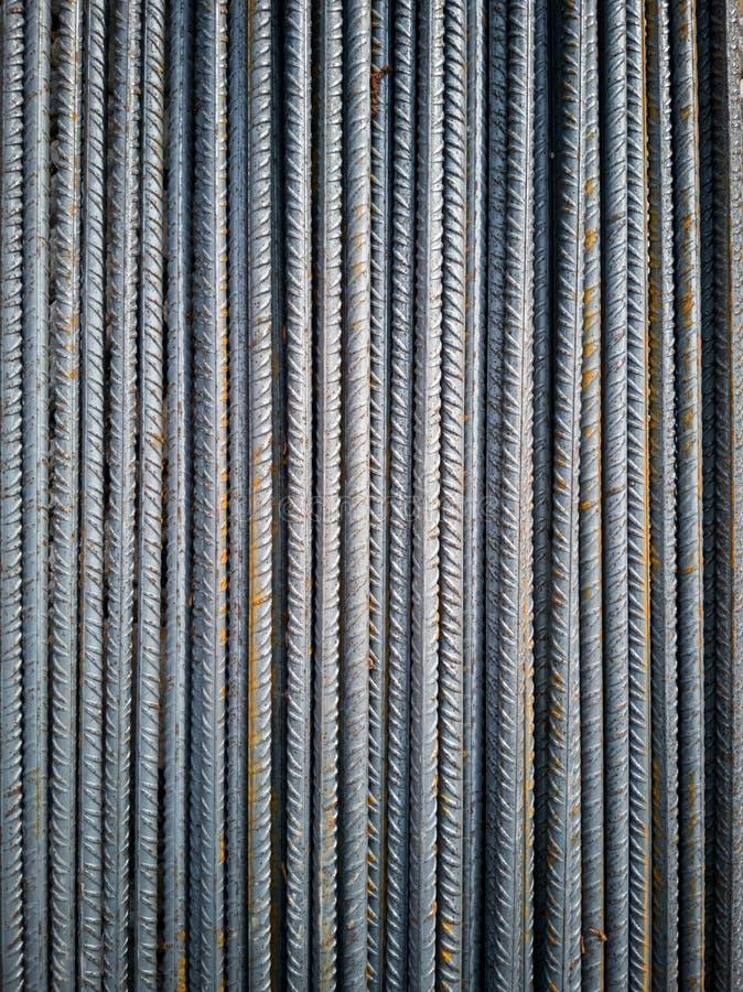 铁棍库存在执行钢筋混凝土的工地工作 免版税库存照片