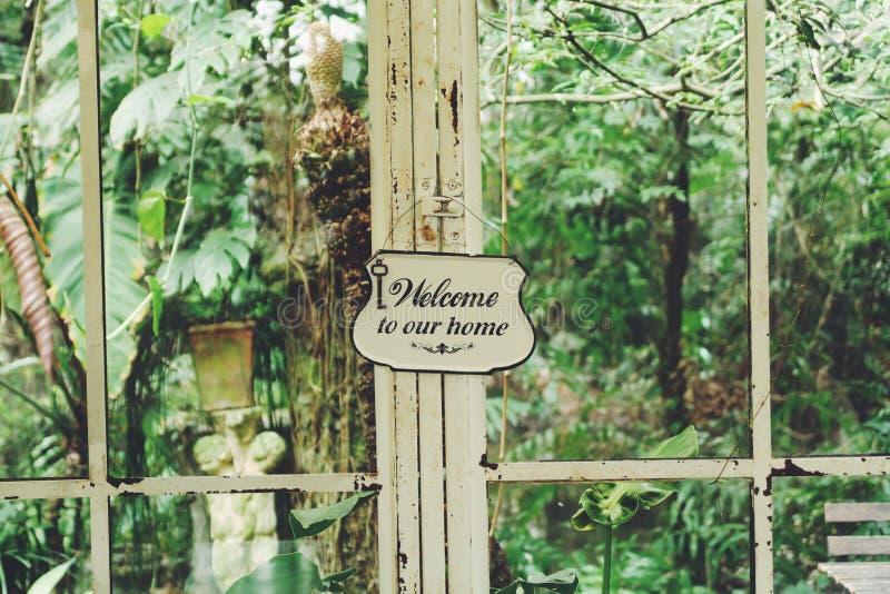 铁欢迎到我们家庭签到玻璃温室 库存照片
