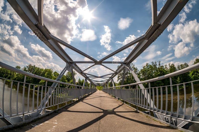 铁步行河上的桥的钢制框架建筑 广角看法 库存图片