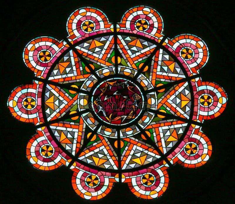 铁海棠-彩色玻璃在Sacre Coeur,巴黎 库存照片