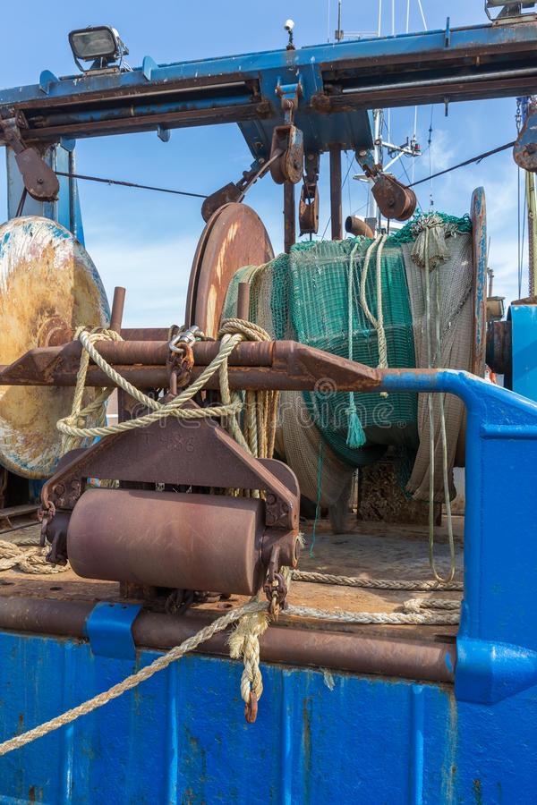 铁渔拖网渔船的网和索具 库存照片