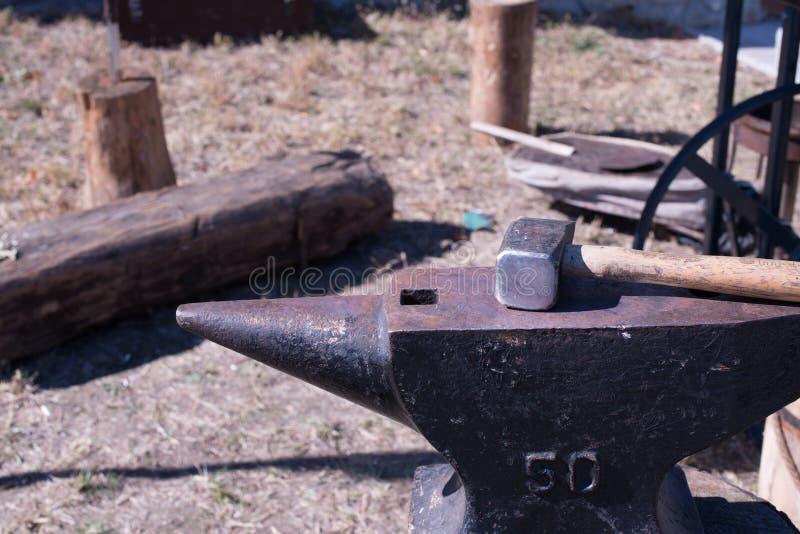 铁砧和锤子在中世纪铁匠节日 免版税库存图片