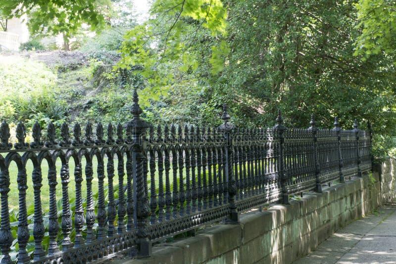 铁篱芭和石墙 库存图片