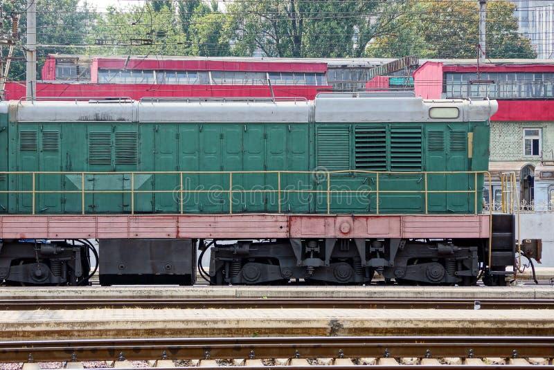 铁绿色机车站立在一个火车站 库存图片