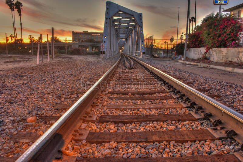 铁跟踪横跨前面桥梁的主导的火车 库存照片