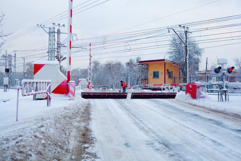 铁路交叉在冬天,与被上升的障碍反RAM设备 免版税库存图片