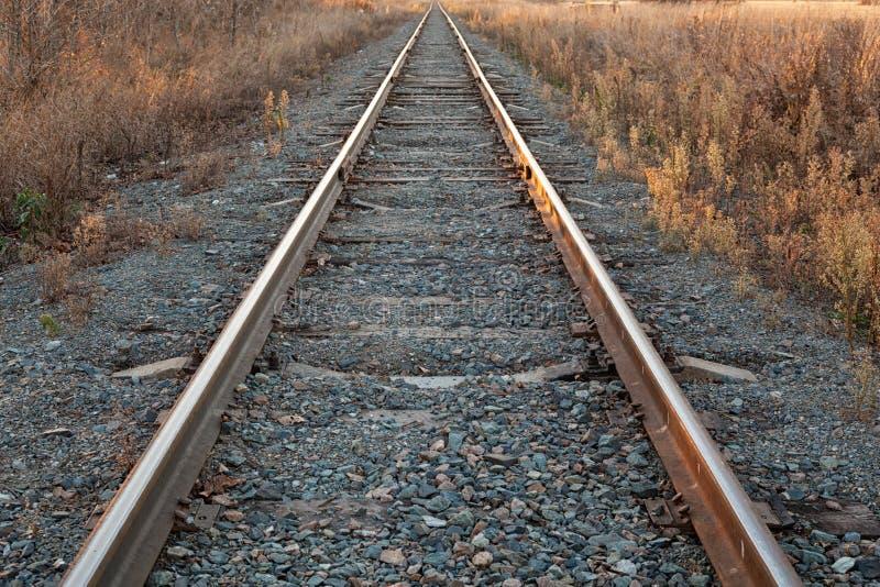 铁路去在日落的天际 库存照片