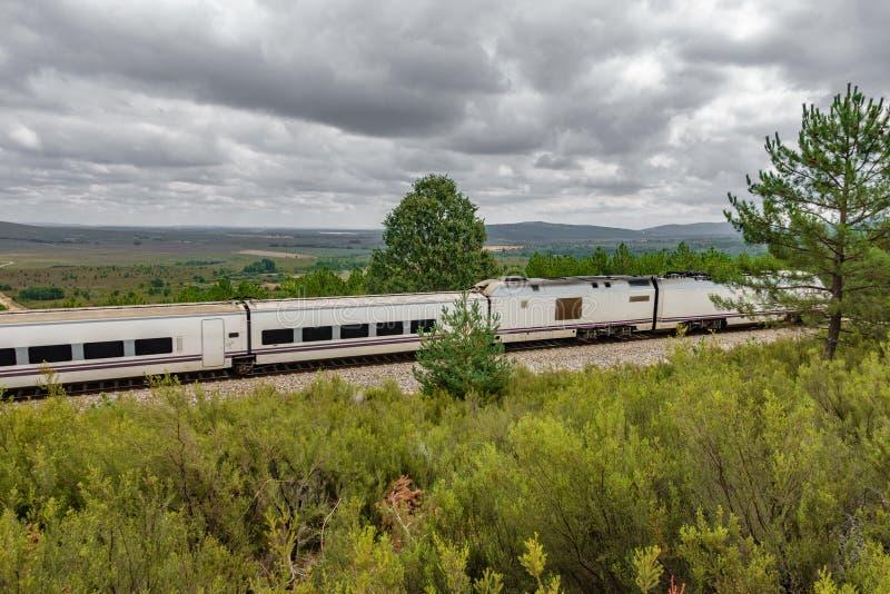 铁路和被弄脏的快车在国家 库存图片