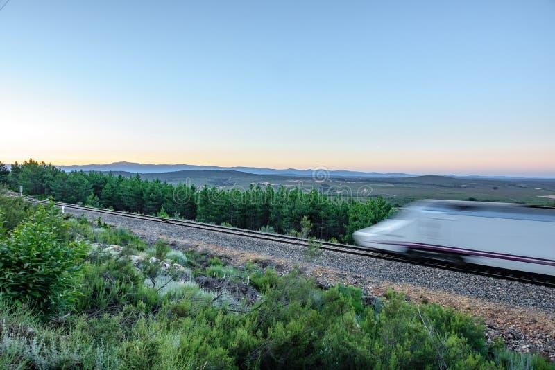 铁路和被弄脏的快车在国家 图库摄影