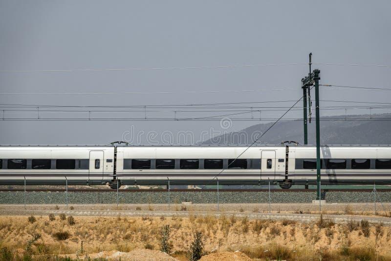 铁路和被弄脏的火车外形 库存照片