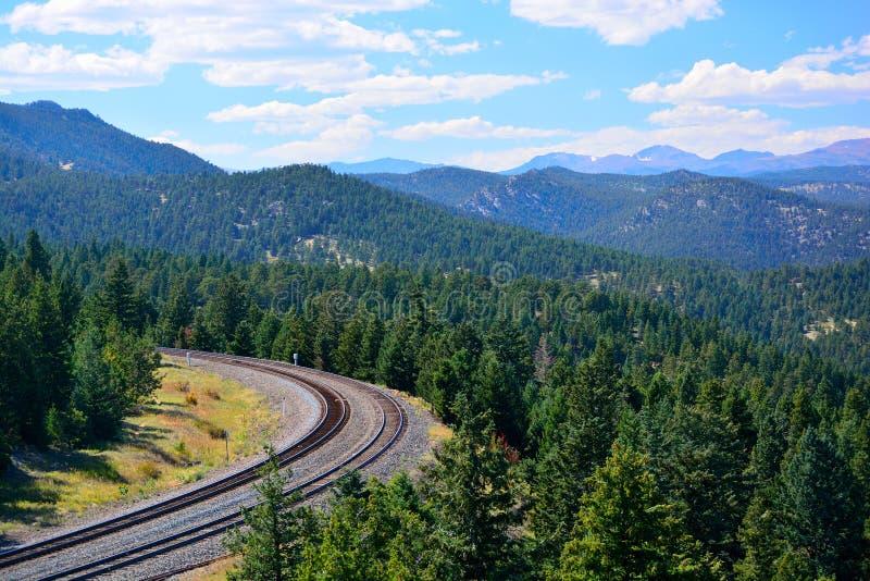 铁路在山的弯曲线在一个晴天 库存照片