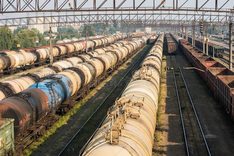 铁路坦克车和货物无盖货车 库存照片
