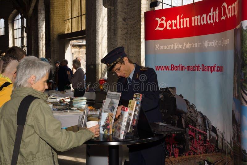 铁路工作者卖蒸汽火车 免版税库存图片