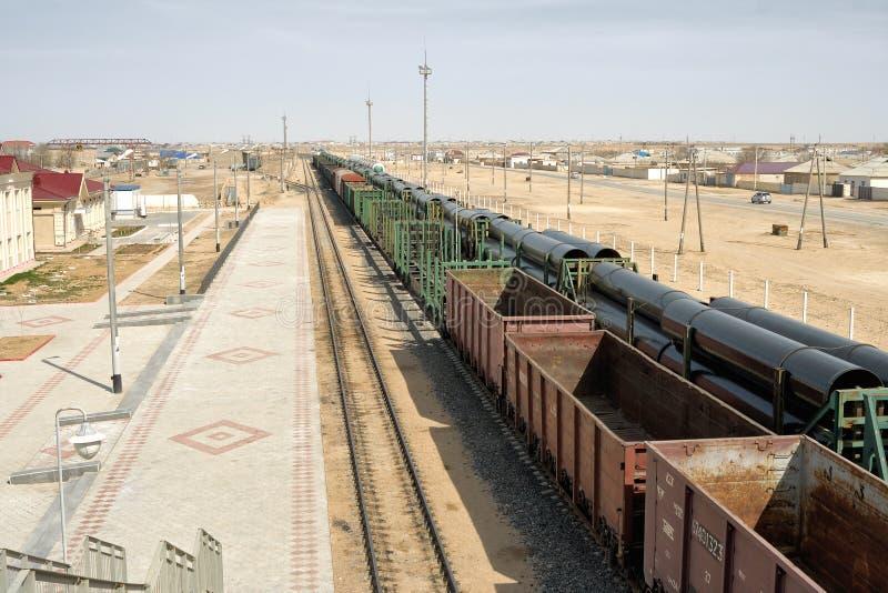 铁路平台被装载的管子 免版税库存图片