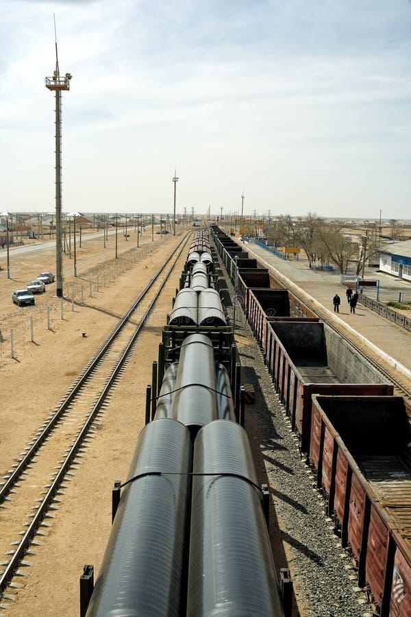 铁路平台被装载的管子 库存照片