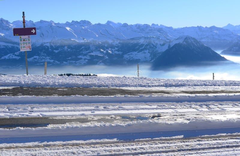 铁路或电车轨道轨道在与雪阿尔卑斯山b的冬天 图库摄影