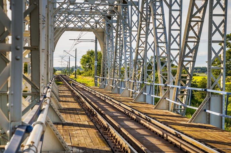 铁路桥,旅途的标志 免版税图库摄影