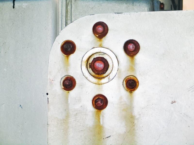 铁路横穿大门-在金属的生锈的螺栓的部分特写镜头-背景 免版税图库摄影