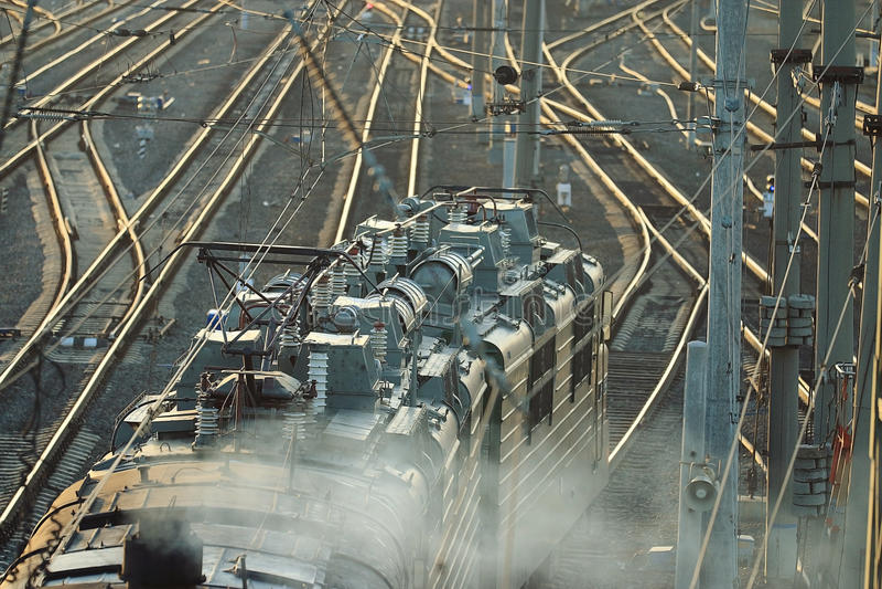 铁路用栏杆围道路火车站 免版税库存照片