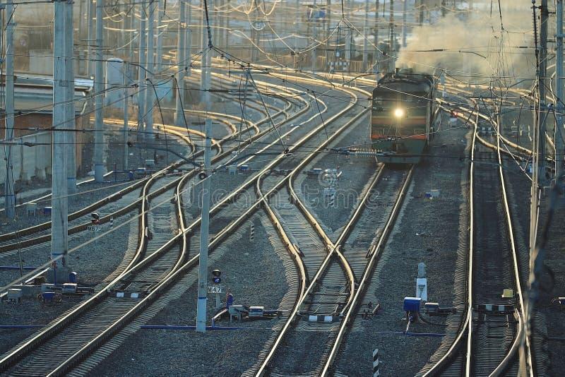 铁路用栏杆围道路火车站 免版税库存图片
