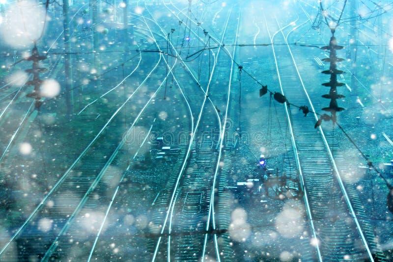 铁路用栏杆围隔夜降雪寒冷商务 免版税库存照片