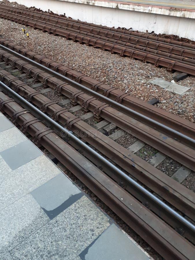 铁路等待火车的到来 路轨准备乘无盖货车 库存图片