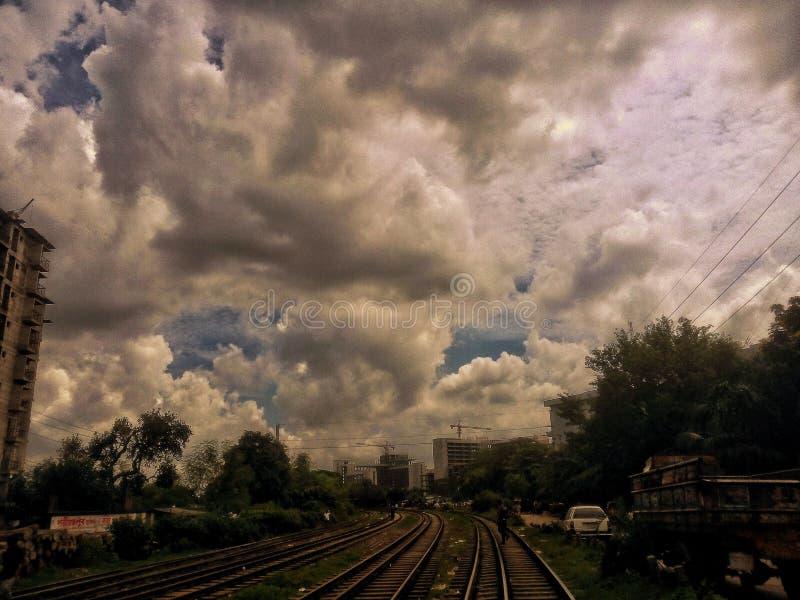 铁路线完善的云彩和的天空 库存图片