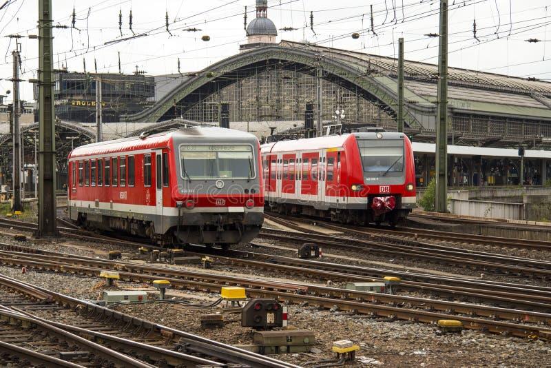 铁路联轨点驻地火车站科隆香水郊区旅客列车 免版税库存照片