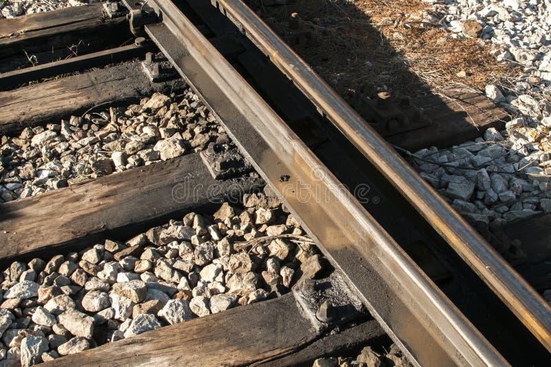 铁路路轨、睡眠者和石渣 免版税库存照片
