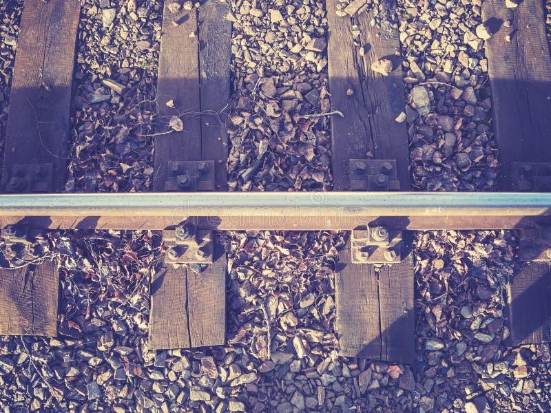 铁路轨道减速火箭的被过滤的照片与木睡眠者的 库存图片