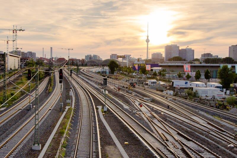 铁路轨道的看法和电视从华沙桥梁战争耸立 免版税库存照片