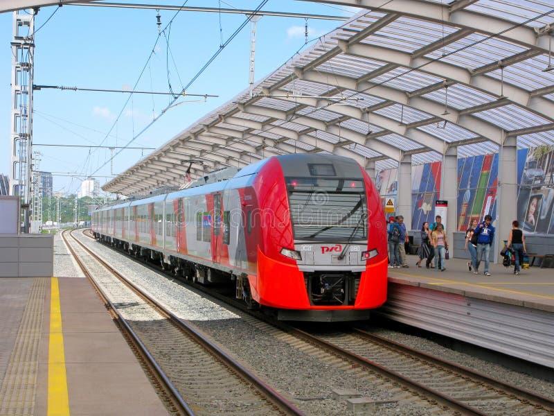 铁路,火车,人们,莫斯科中央圈子, Luzhniki驻地 免版税库存图片
