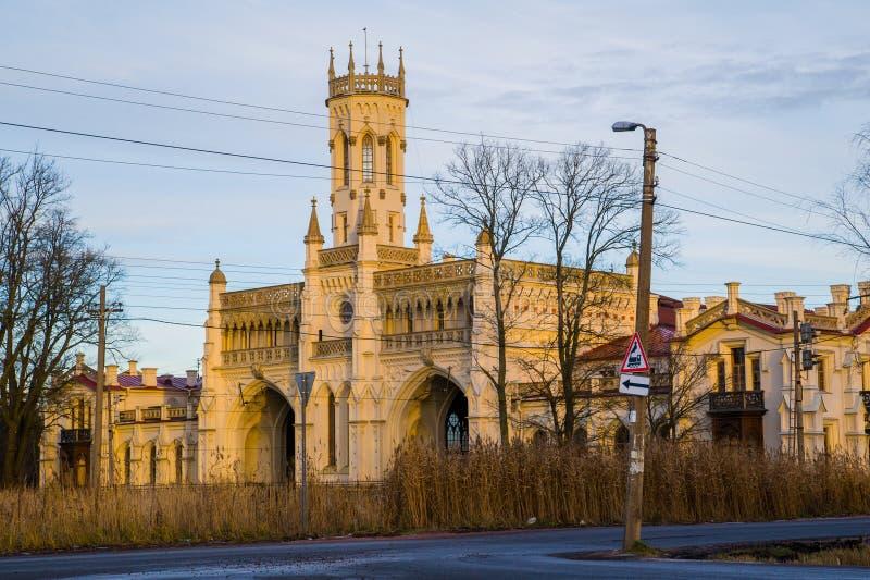 铁路驻地在Peterhof,在哥特式样式的异常的大厦 俄国 圣彼德堡 免版税图库摄影