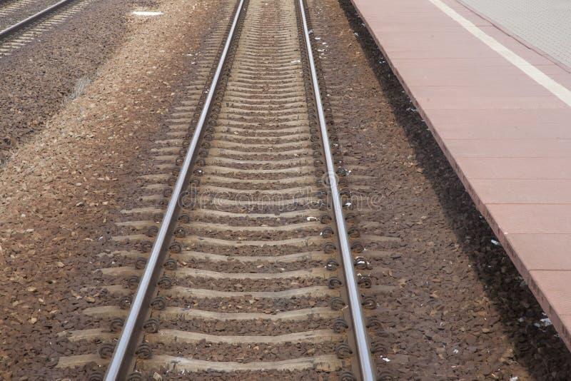 铁轨和驻地平台在波兰 免版税库存图片