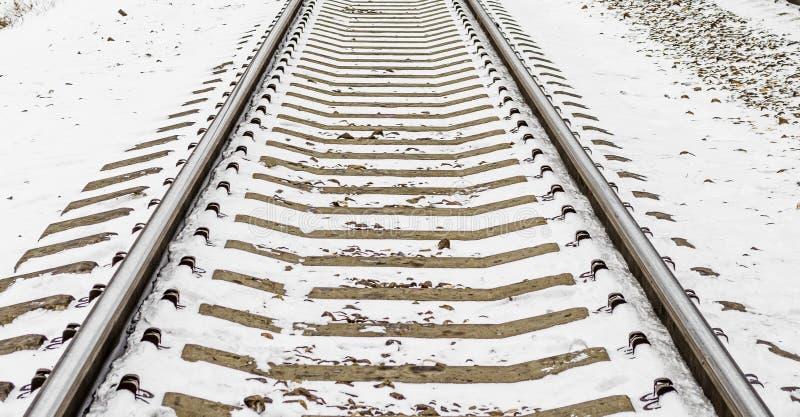 铁轨临近铁路睡眠者雪冬天 库存图片
