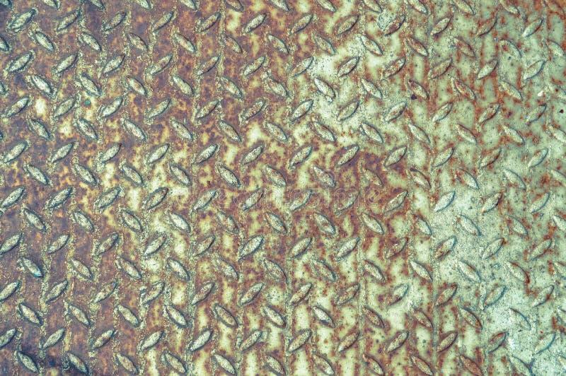 铁金属老古老工业防滑的地板纹理与被刻凹痕的凸起的安全的至于不滑倒用铁锈盖 免版税库存图片