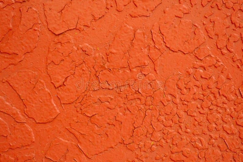 铁金属被绘的明亮的桔子纹理与剥被打击的油漆的老抓崩裂了古老生锈的金属板墙壁 库存图片