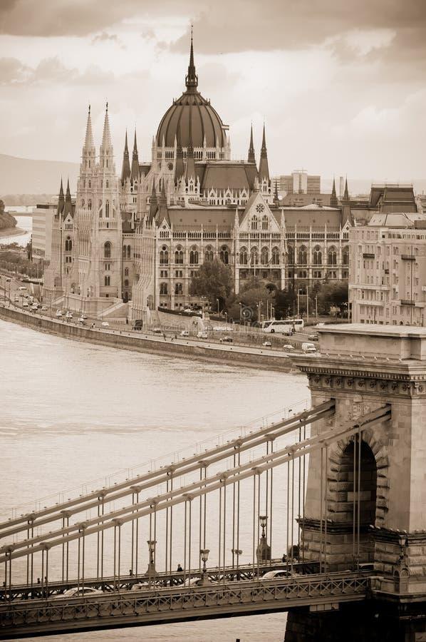 铁锁式桥梁和匈牙利议会大厦,布达佩斯,匈牙利看法  免版税库存照片