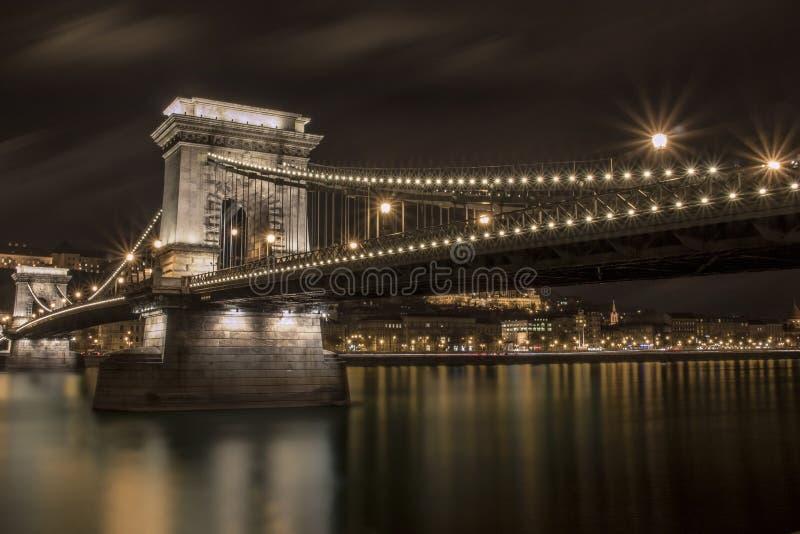 铁锁式桥梁在晚上 库存照片
