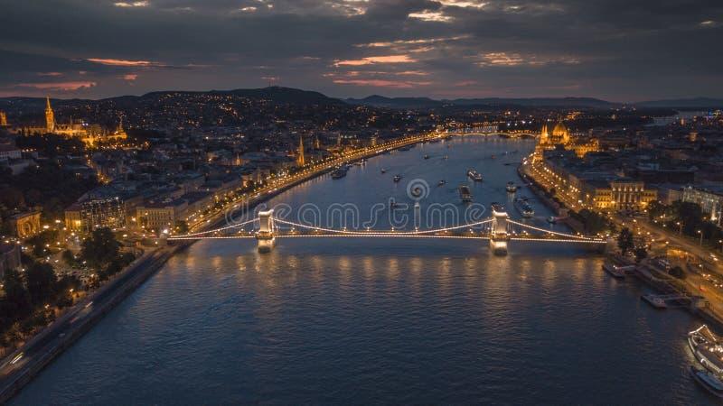 铁锁式桥梁的地区看法在匈牙利,布达佩斯的首都 库存图片