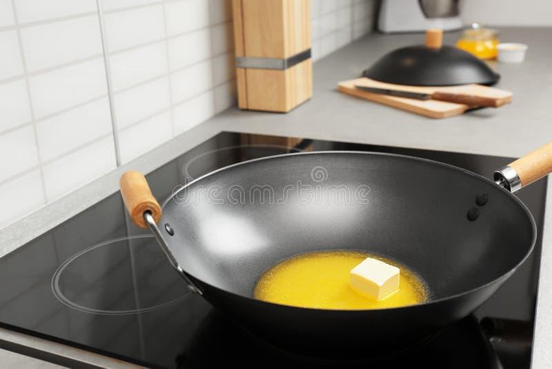 铁锅平底锅用在火炉的熔化黄油 库存图片
