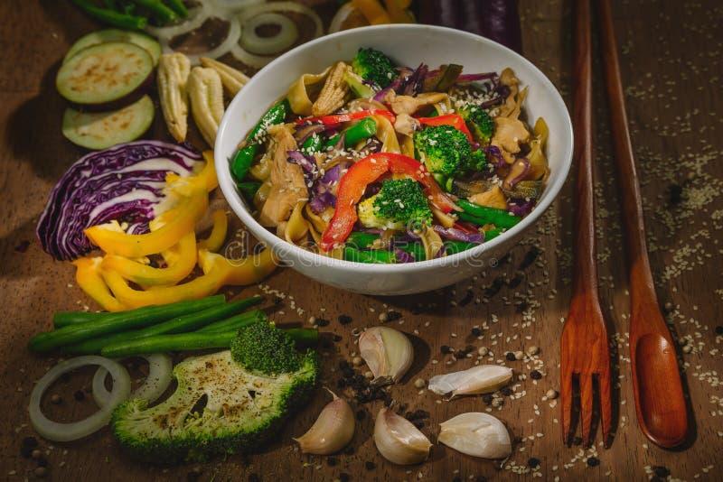 铁锅混乱与鸡和面条的油炸物菜 库存图片