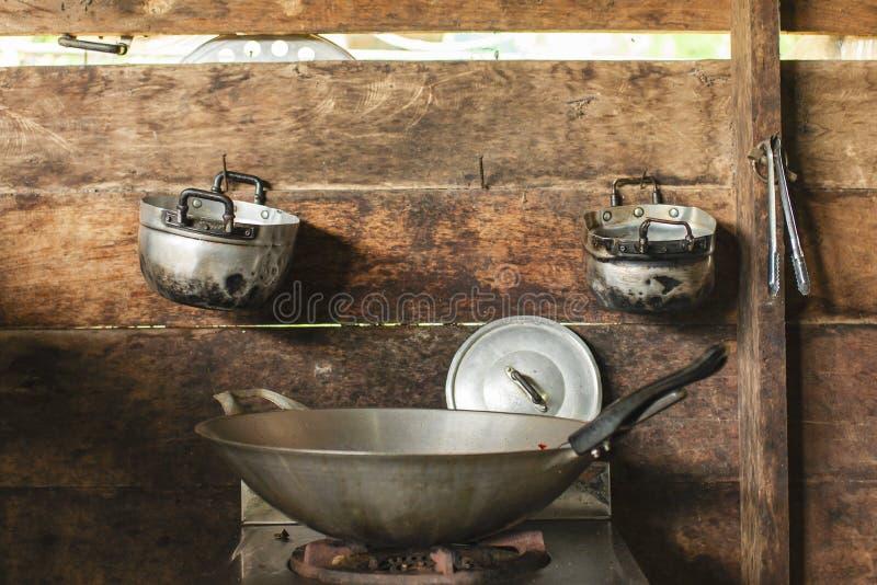 铁锅,在煤气炉 免版税库存照片