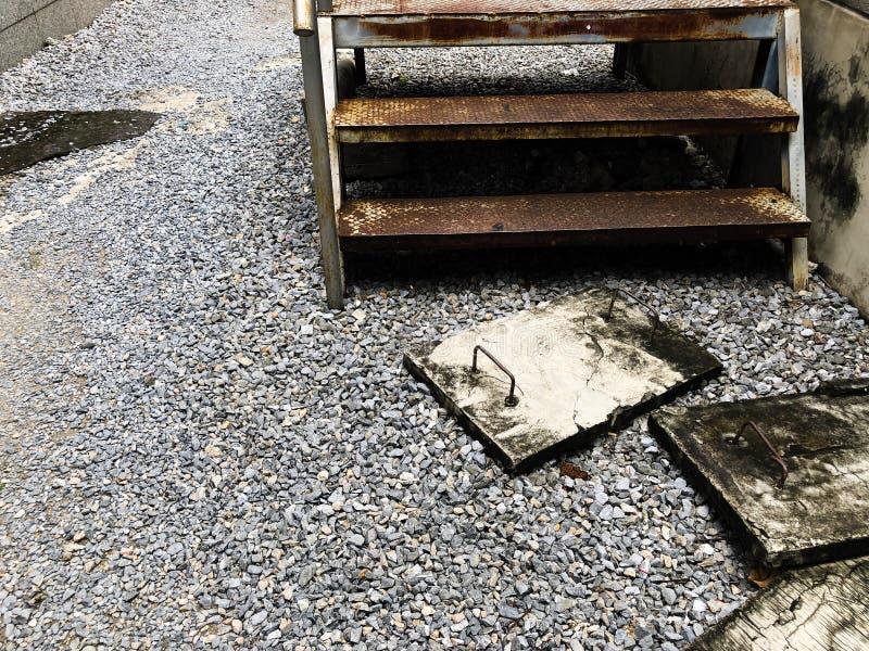 铁锈台阶和放泄软管 库存图片