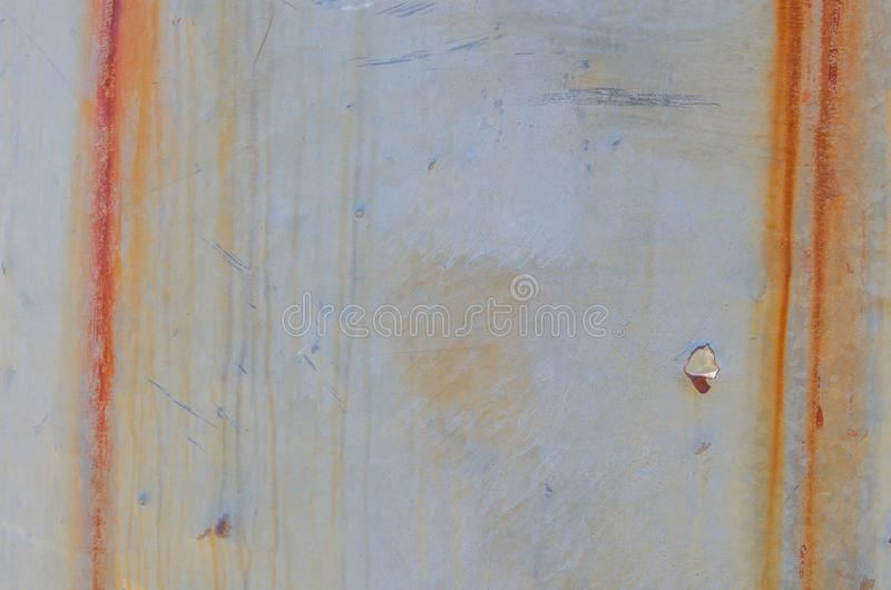 铁锈和弹孔垂直的条纹在金属板 免版税图库摄影