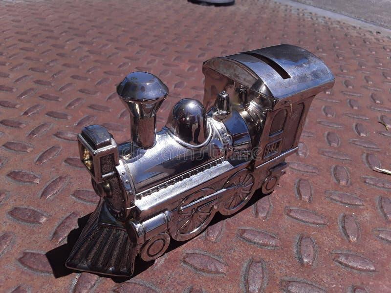 铁锈和银火车硬币银行 库存照片