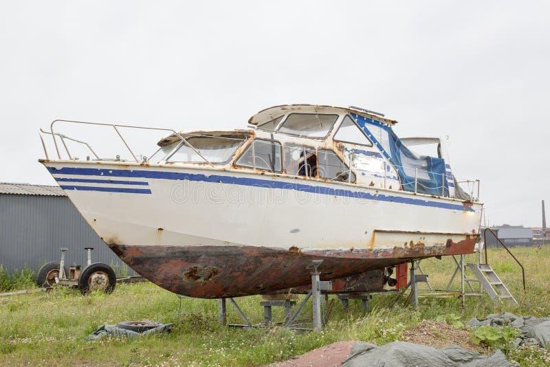铁锈小船 免版税库存照片