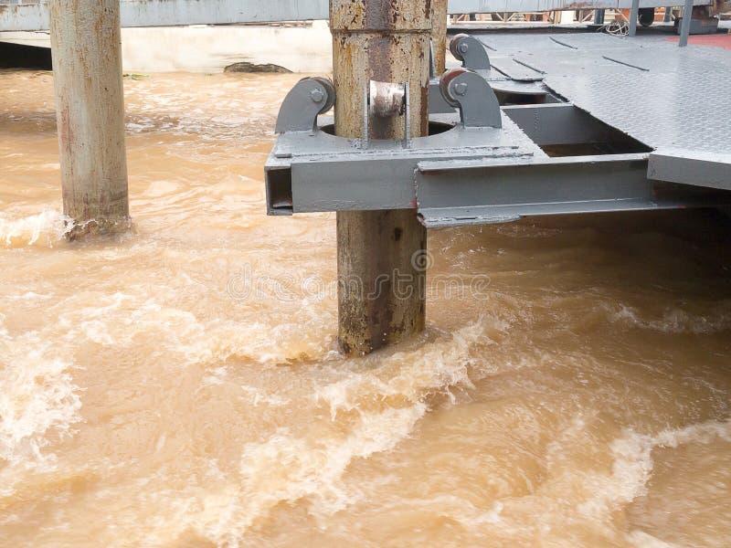 铁锈浮船滚动支座杆在迅速小河流动的河 库存照片