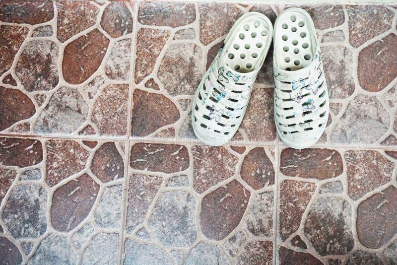 铁锈白色拖鞋 免版税库存图片