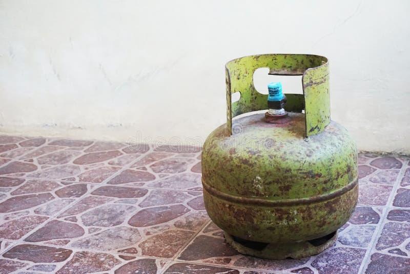 铁锈铁锈绿色lpg丙烷buthane燃气集气筒 免版税库存照片